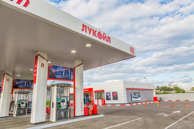 MOSCA, RUSSIA - LUGLIO 2017: Stazione di servizio di Lukoil a Mosca Lukoil è compagnia petrolifera secondo più esteso del ` s del immagine stock