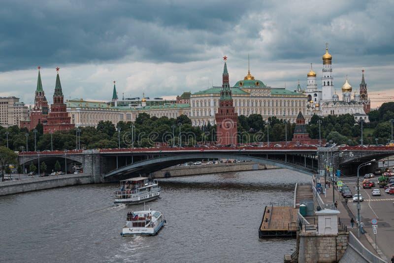 MOSCA, RUSSIA - 18 LUGLIO 2019: Vista del fiume di Mosca e dell'argine di Cremlino alla notte dal ponte patriarcale immagini stock libere da diritti