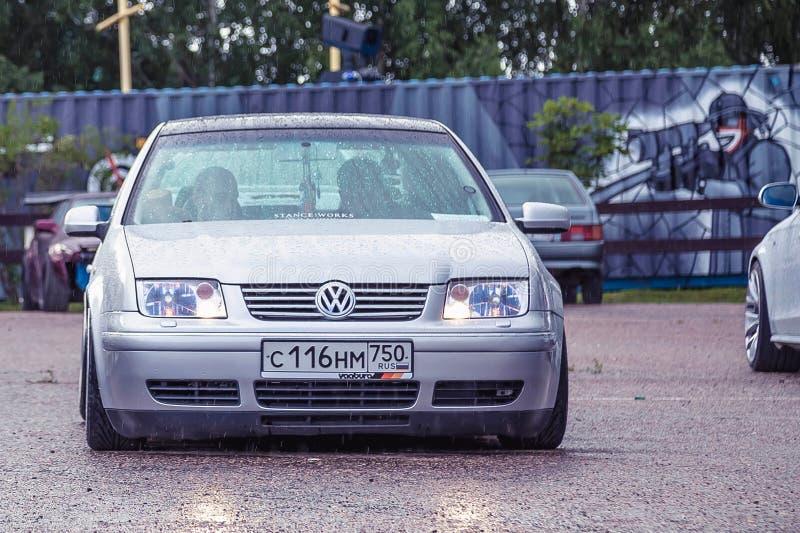 Mosca, Russia - 6 luglio 2019: Volkswagen d'argento abbassato Bora parcheggiato sulla via Dentro è la gente che si nasconde dalla fotografia stock