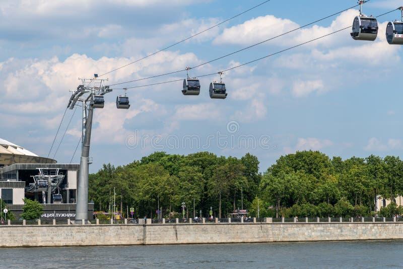 Mosca, Russia - 28 maggio 2019 Cabina di funivia sopra il fiume di Moskva immagini stock libere da diritti