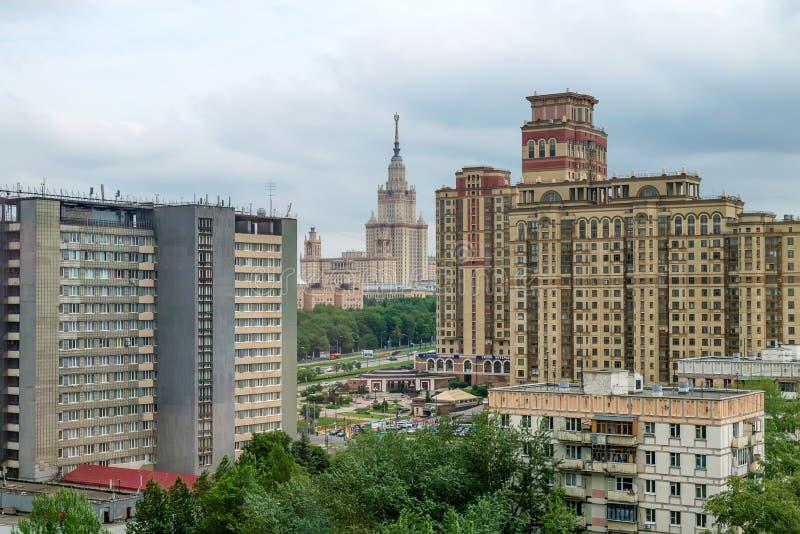 MOSCA, RUSSIA - 28 MAGGIO 2013: Costruzione dell'università di Stato di Mosca dalla distanza fotografia stock libera da diritti