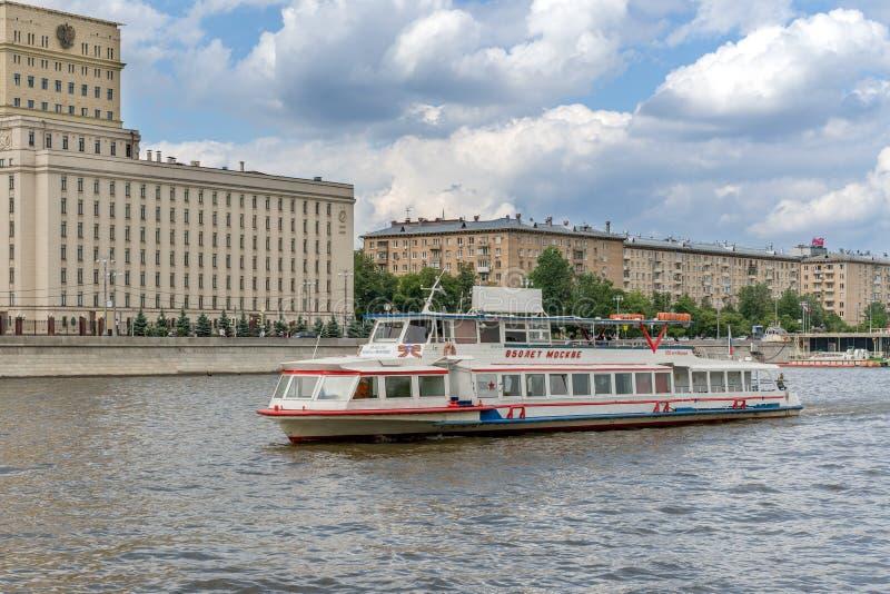 Mosca, Russia - 26 maggio 2019: Fiume e barche di Mosca Viaggi della barca di escursione del fiume fotografia stock libera da diritti