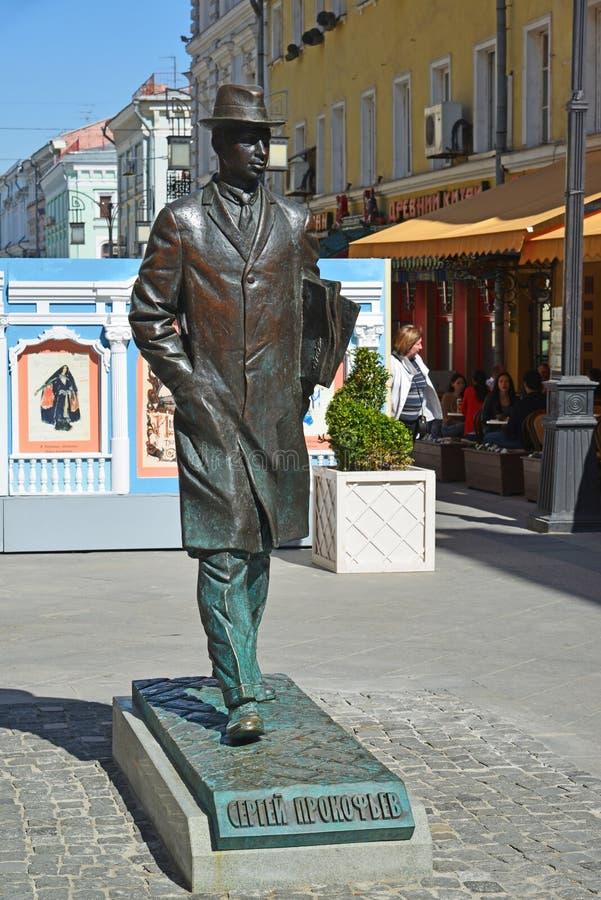 Mosca, Russia - 6 maggio 2017 Il monumento al compositore Sergei Prokofiev nel vicolo di Kamergersky fotografie stock