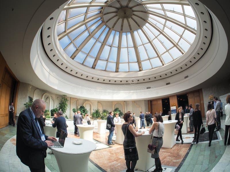 MOSCA, RUSSIA - 18 MAGGIO 2017: La gente a Corridoio bianco del Presi fotografia stock libera da diritti