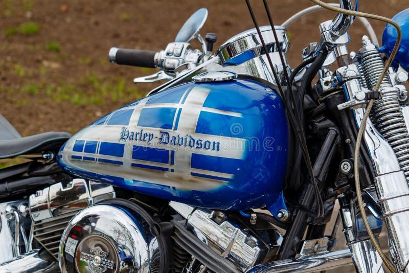Mosca, Russia - 4 maggio 2019: Serbatoio di combustibile blu lucido con il primo piano dell'emblema dei motocicli di Harley David fotografia stock libera da diritti