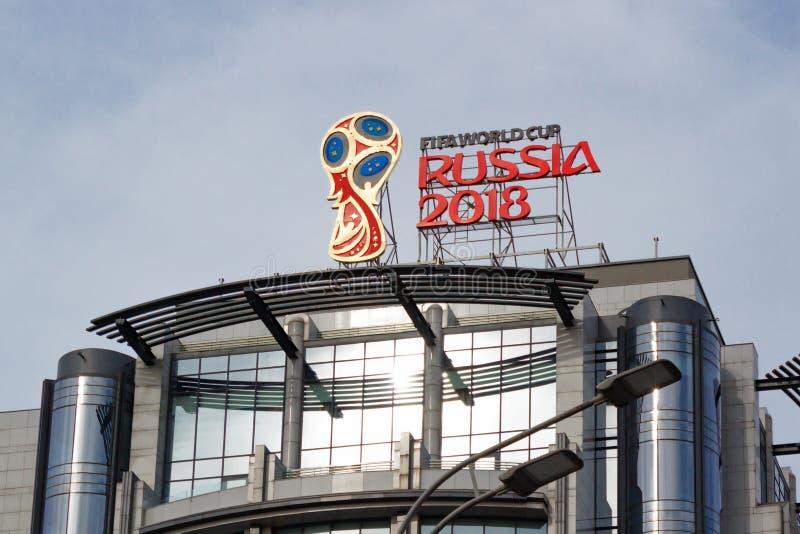 Mosca, Russia - 25 marzo 2018: Il logo ufficiale della coppa del Mondo Russia 2018 della FIFA ha montato sul tetto di costruzione fotografie stock