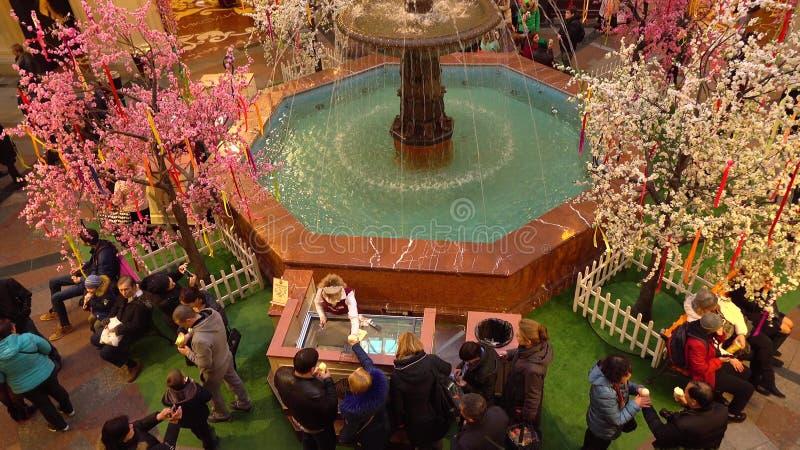 MOSCA, RUSSIA - 9 MARZO, 2017 La fontana ed il gelato si bloccano nella GOMMA storica famosa del grande magazzino vicino al rosso fotografie stock libere da diritti