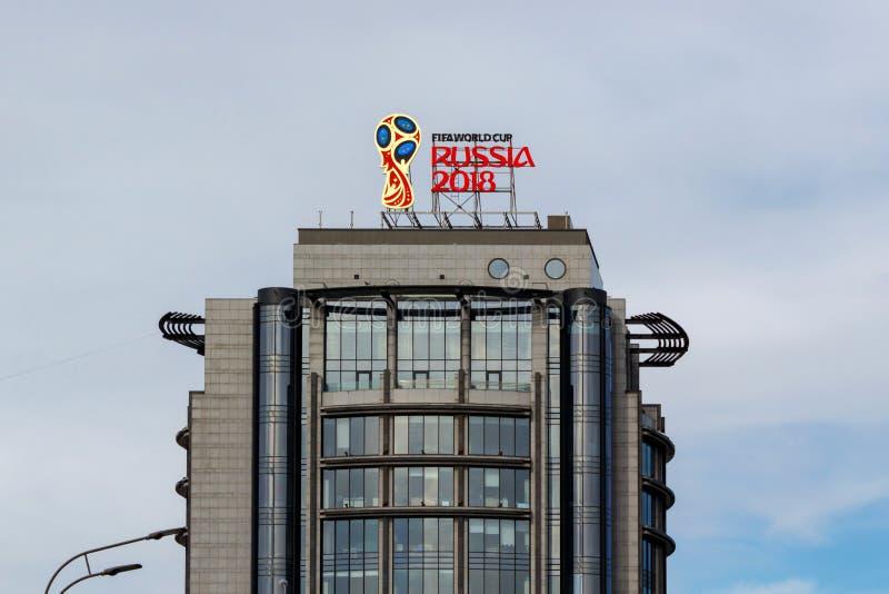 Mosca, Russia - 25 marzo 2018: Logo 2018 della Russia della coppa del Mondo della FIFA su un fondo del cielo blu fotografia stock libera da diritti