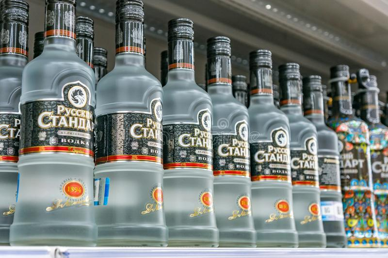 Mosca, Russia - 12 marzo 2018: Vodka standard russa La marca famosa della vodka Prodotto di alcool in un negozio immagine stock