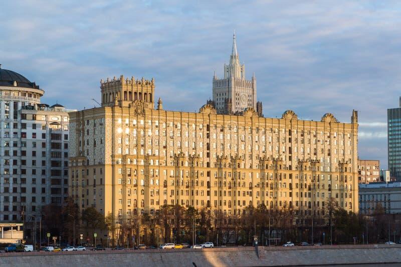 Mosca, Russia - 2 novembre 2017 Camera di architettura stalinista nello stile dell'impero sull'argine di Smolenskaya fotografia stock
