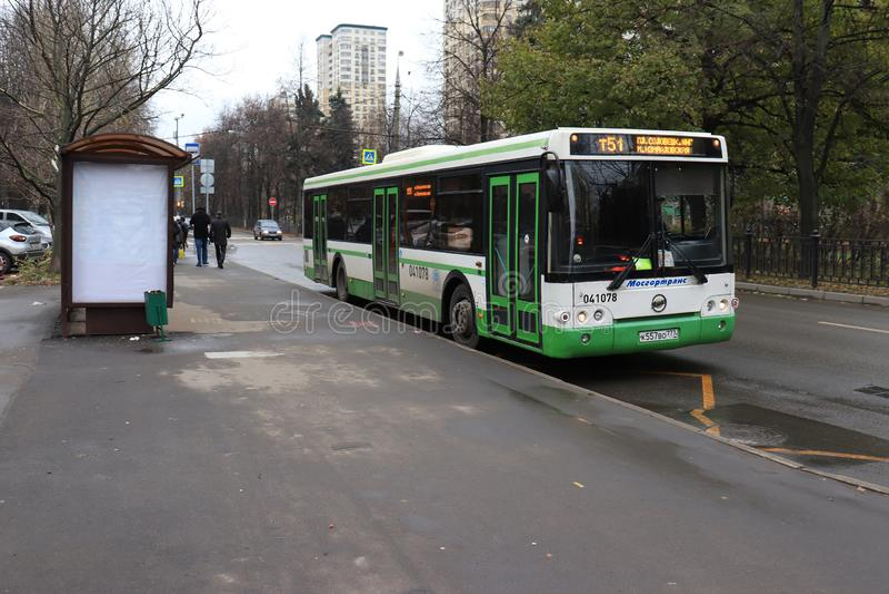 MOSCA, RUSSIA - 10 NOVEMBRE 2018: Un bus della città che lascia una fermata dell'autobus fotografia stock libera da diritti