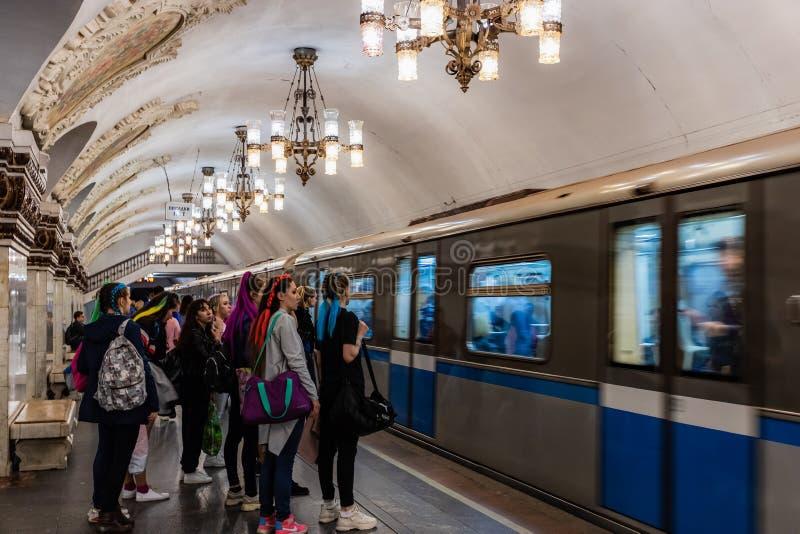 Mosca, Russia può 26, vita quotidiana 2019 della città Milioni di persone utilizzano il sottopassaggio ogni giorno Ragazze con le immagine stock