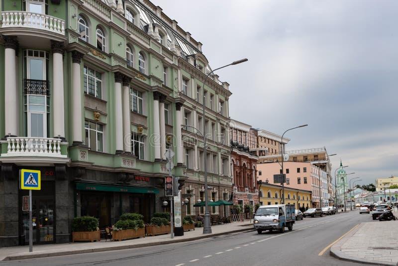 Mosca, Russia pu? 25, 2019 vista della via di Baltschug, l'architettura antica delle case fotografia stock libera da diritti