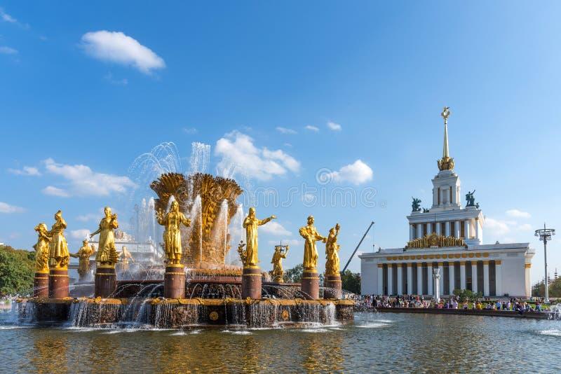 MOSCA, RUSSIA - 22 SETTEMBRE 2018: Fontana di amicizia della gente ed il padiglione principale di VDNKh Padiglione nessun 1 centr fotografie stock