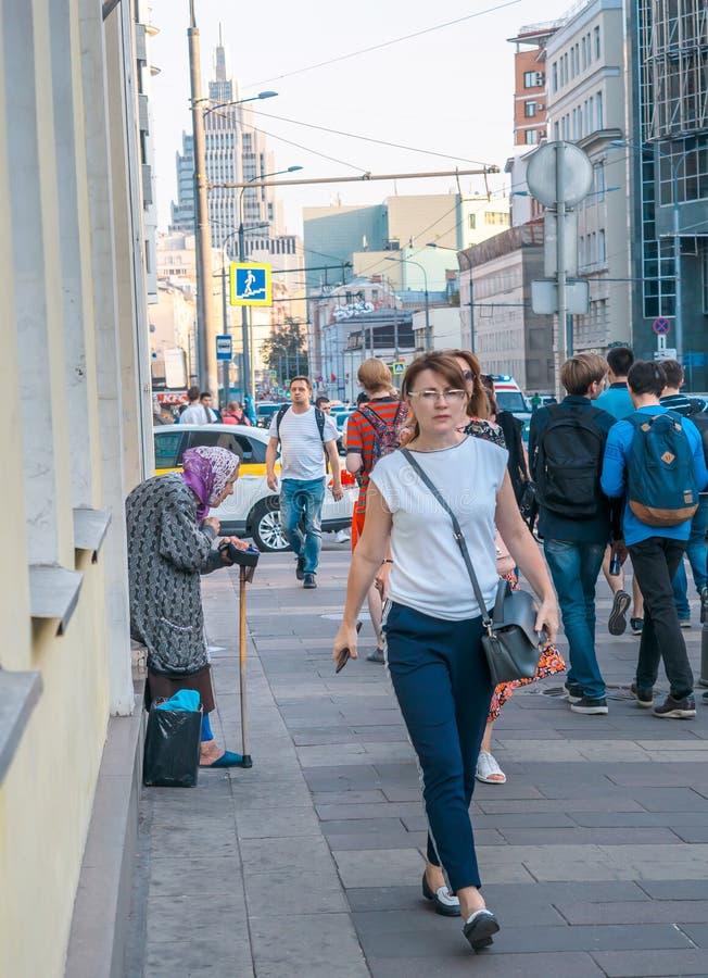 Mosca, Russia - 6 settembre 2018: La donna anziana chiede le elemosine dai passanti sulla via La condizione del pensionato si è c fotografia stock