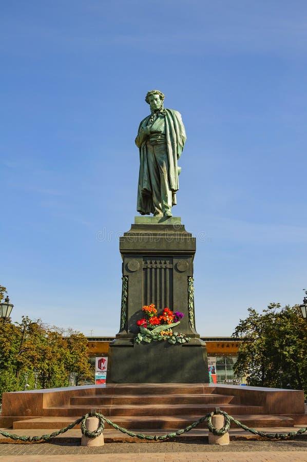 Mosca, Russia - 25 settembre 2017: Pushkin Alexander Sergeevich è un monumento bronzeo al grande poeta russo sul quadrato di Push fotografia stock