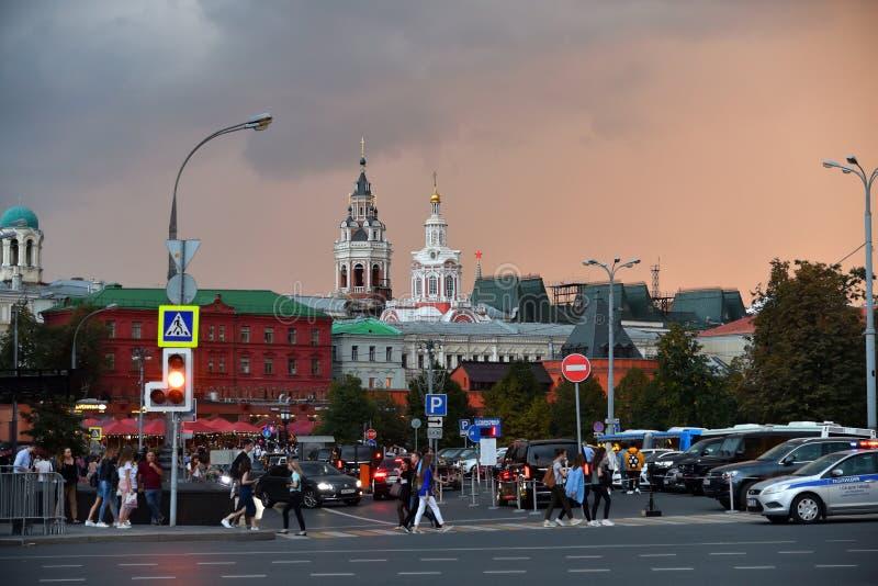 Mosca, Russia - 22 settembre 2018 Quadrato di rivoluzione e monastero di Zaikonospassky fotografia stock libera da diritti