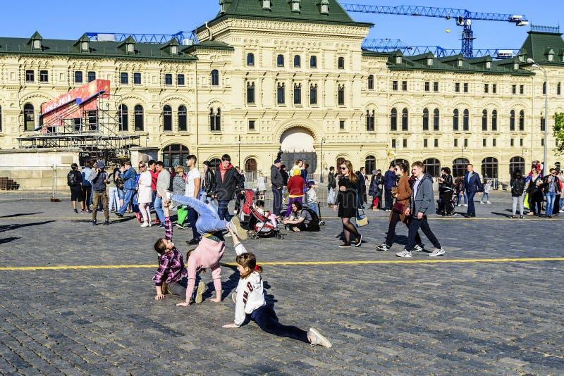 Mosca, Russia Una prestazione improvvisata di giovani ginnaste e della gente che camminano in quadrato rosso fotografie stock libere da diritti