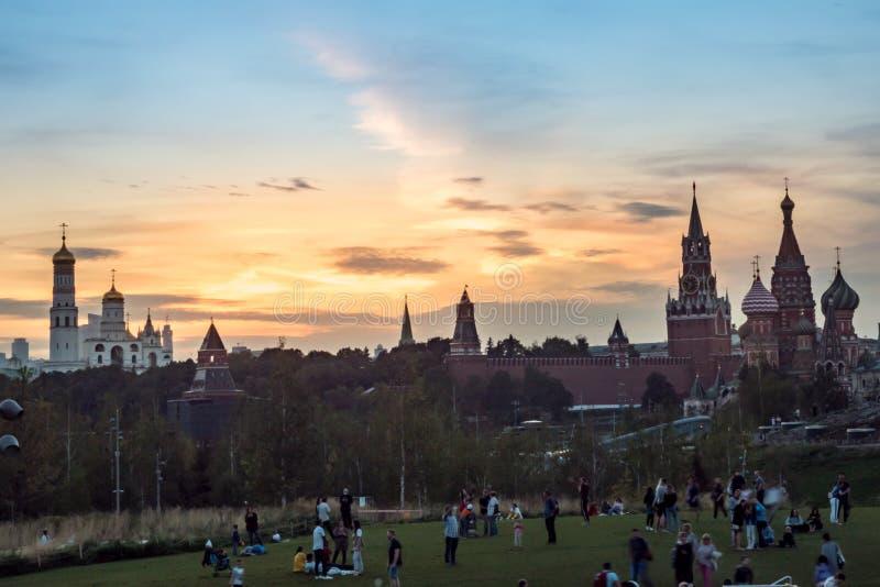Mosca - 24 settembre 2018 Vista del Cremlino di Mosca dal parco di Zaryadye davanti ad un tramonto fotografia stock libera da diritti