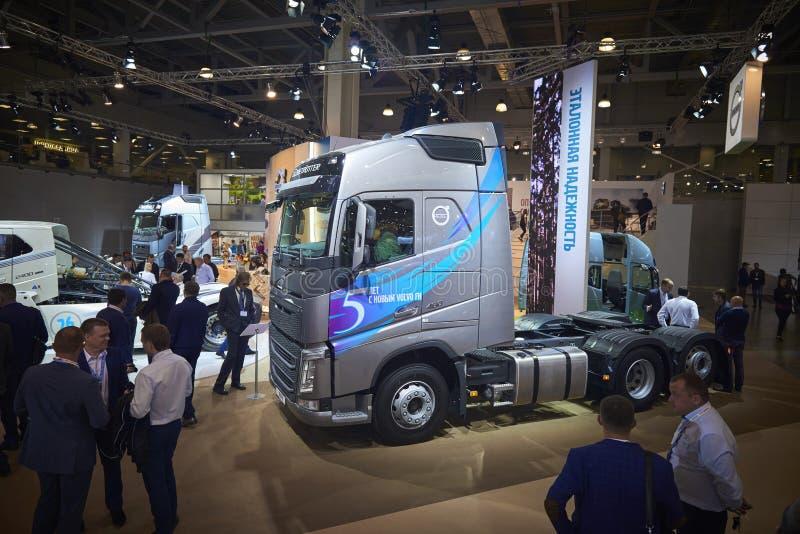 MOSCA, 5 SETTEMBRE, 2017: Vista sulla mostra sostegno tipa grigia di Volvo FH 460 del camion sulla mostra ComTrans-2017 di traspo fotografie stock