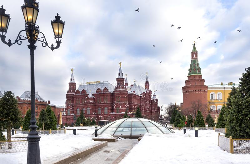 Mosca, torri di Cremlino, costruzione storica del museo, uccelli nel cielo sopra il quadrato rosso, inverno, vista di Cremlino di fotografia stock libera da diritti