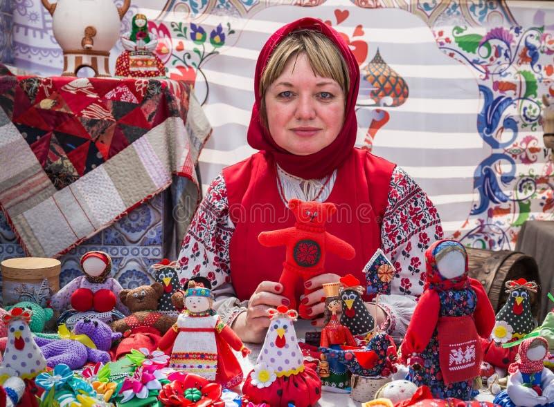 Mosca, Victory Park, l'11 giugno 2018: donna in costume nazionale russo che vende le bambole tradizionali nel parco fotografie stock