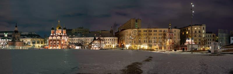 mosca Vista della cattedrale di Znamensky, st La chiesa di George dal parco di Zaryadye La Russia immagine stock libera da diritti