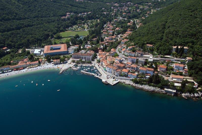 Moscenicka-draga Bucht und langes natürliches Korn versanden Strandluftbild in Kroatien stockfotografie