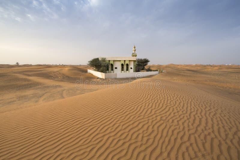 moschea abbandonata in un deserto immagine stock