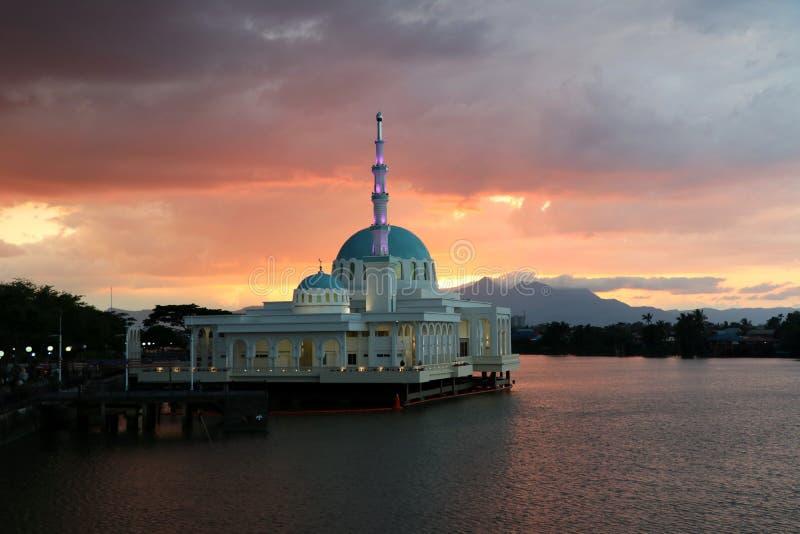 Moschea al tramonto sul fiume con le montagne - Kuching Sarawak Borneo Malesia Asia immagine stock libera da diritti