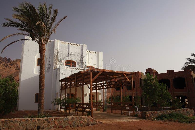 Moschea bianca in deserto dell'Egitto fotografia stock libera da diritti