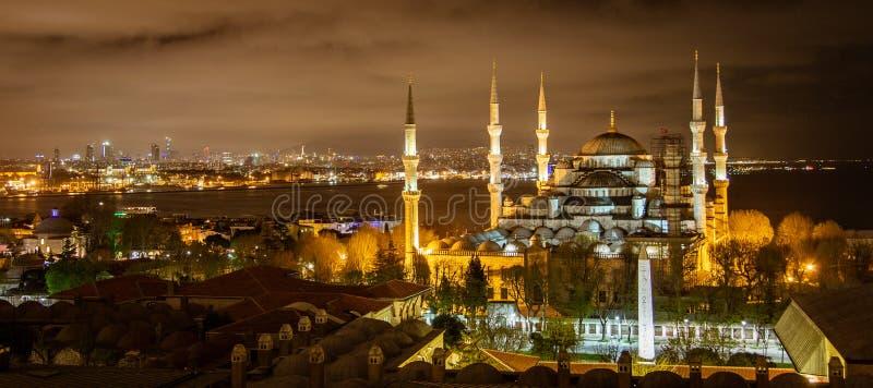 Moschea blu a Costantinopoli alla notte immagini stock