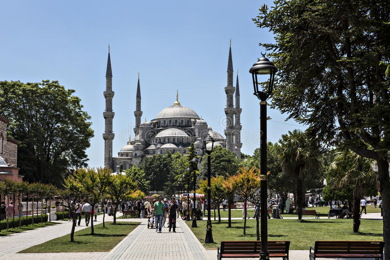 Moschea blu e gente di camminata in Sultan Ahmet Park, Costantinopoli, T fotografia stock libera da diritti