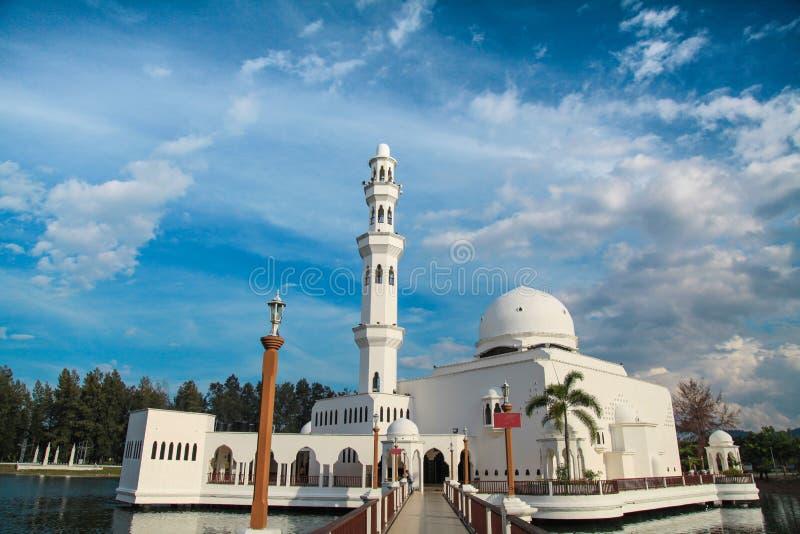Moschea di galleggiamento in Kuala Terengganu, Malesia fotografie stock libere da diritti