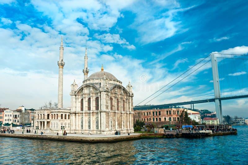 Moschea di Ortakoy e ponticello di Bosphorus, Costantinopoli. fotografia stock
