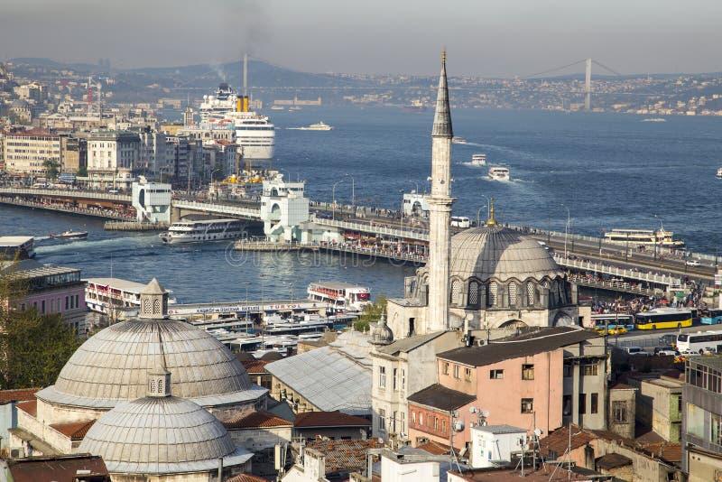 Moschea di Rustem Pasa con il ponte di Galata ed i precedenti dorati di Horn immagine stock libera da diritti