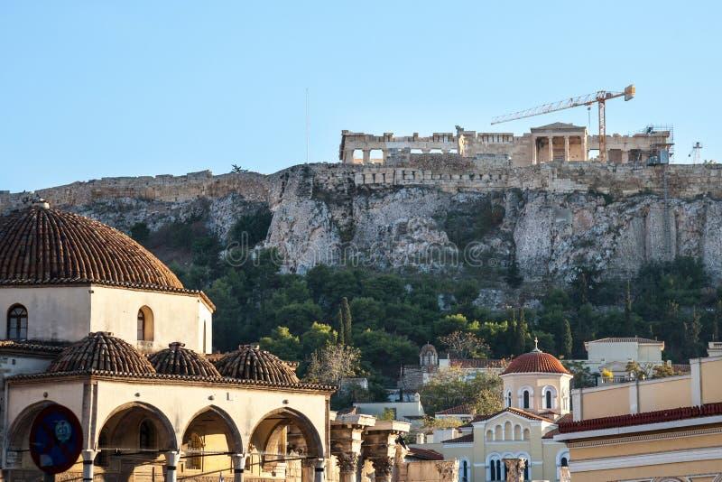 Moschea di Tsidarakis, sul quadrato di Monastiraki, nel centro urbano di Atene, la Grecia, con l'acropoli iconica nei precedenti immagini stock libere da diritti