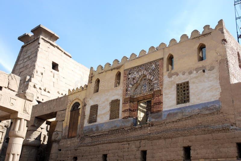 Moschea islamica sopra il tempiale pharaonic ditempiale-Luxor immagine stock