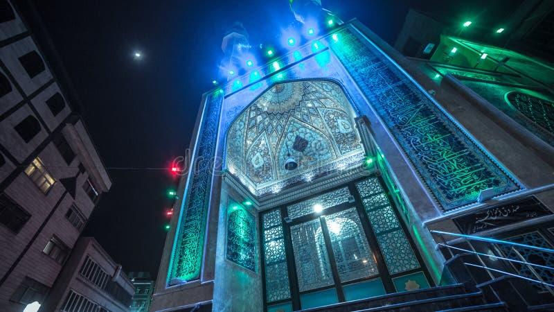 Moschea magnifica luminosa alla notte immagini stock libere da diritti