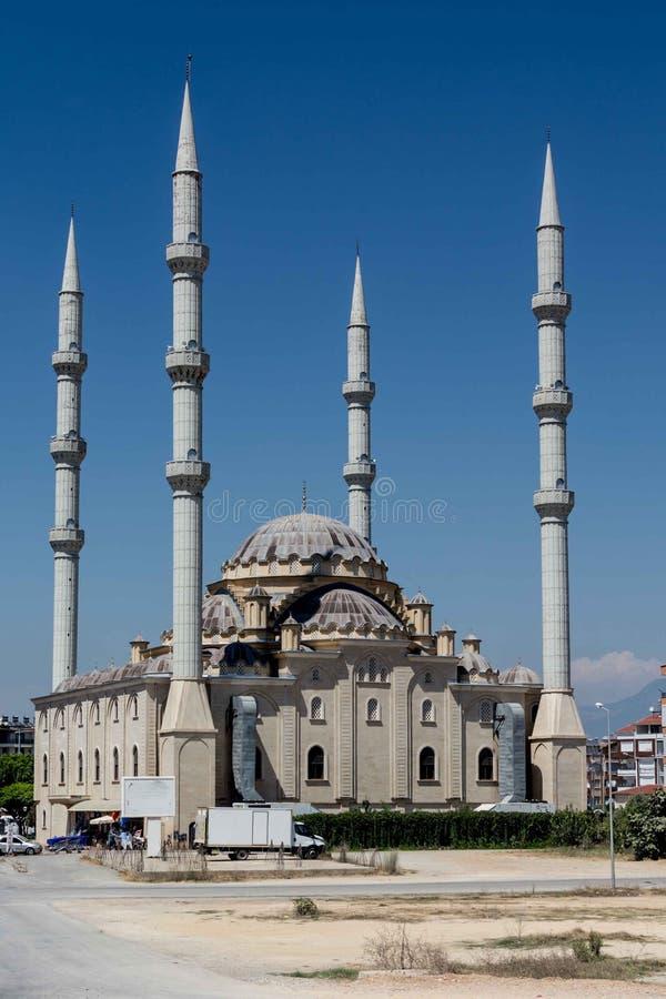 Moschea in Manavgat, Turchia Bella costruzione religiosa contro il cielo blu fotografia stock libera da diritti