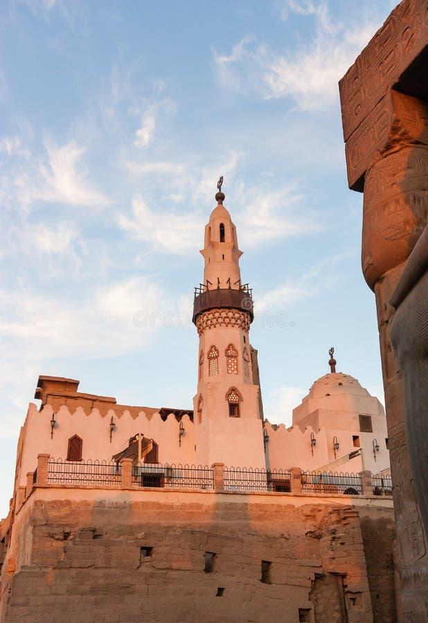 Moschea nel tempio di Luxor al tramonto immagini stock libere da diritti