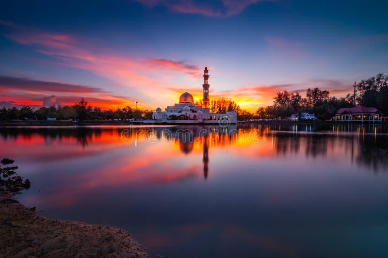Moschea Terengganu Malesia di Tengku Tengah Zaharah di tramonto fotografia stock
