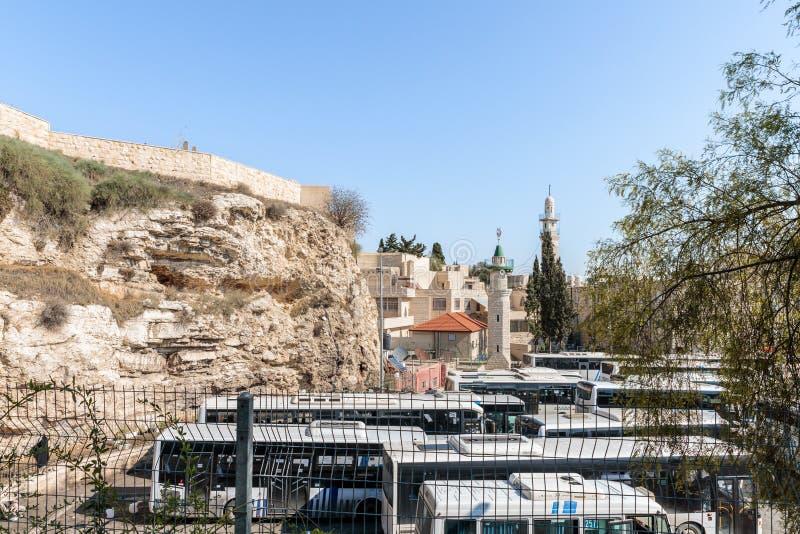 Moschee Al Adhami und kahler Berg - Kalvarienberg Ansicht vom Garten-Grab Jerusalem gelegen in Ost-Jerusalem, Israel stockbilder