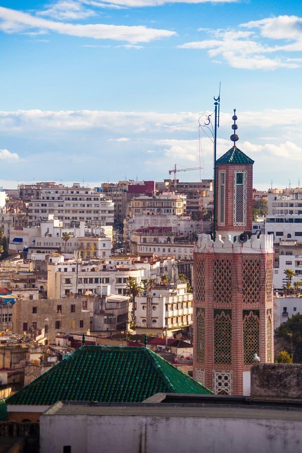 Moschee in altem Medina mit modernen Stadtgebäuden im Hintergrund stockfotos