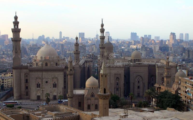 Moschee des Sultans Hasan und Stadtbild von Kairo stockbild