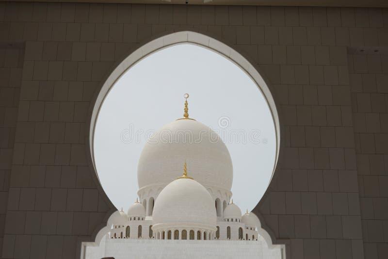 Moschee durch ein Loch, Dubai lizenzfreie stockbilder