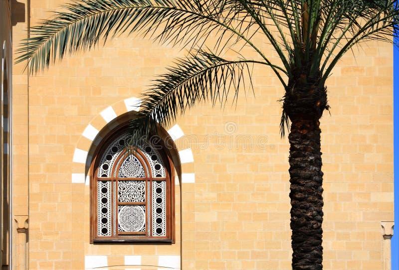 Moschee-Fenster und Palme, der Libanon stockfotografie