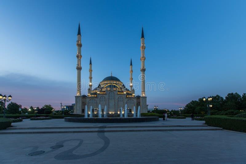 Moschee ` Herz von Tschetschenien-` an der Dämmerung lizenzfreies stockfoto
