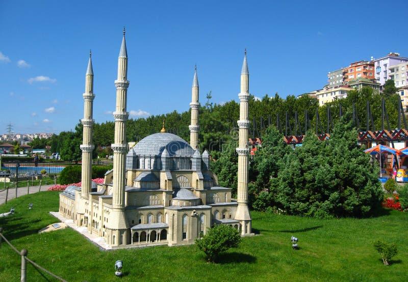 Moschee mit hohen Minaretts im Park Miniaturk in Istanbul, die Türkei stockfotos