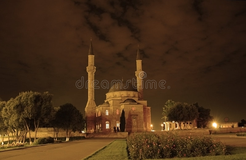Moschee mit zwei Minaretts im Ba stockbilder